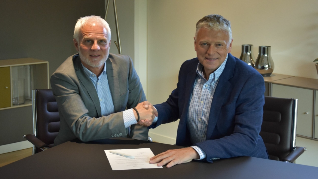 Signerer konsernavtale: Konserndirektør kommunikasjon og samfunn i Mobility Group, Paul Hegna (t.v.) og daglig leder Per Morten Merg i Bilbransje Media AS / Bilbransje24.