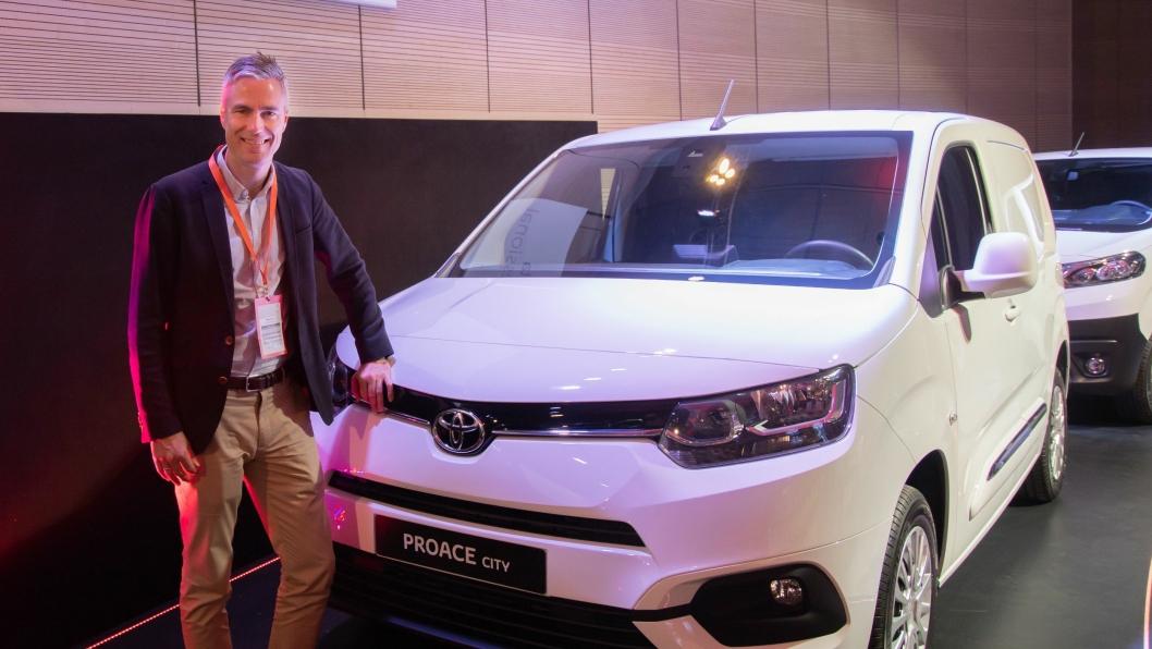 Espen Olsen foran Toyotas nye kompakt-varebil, Proace City.