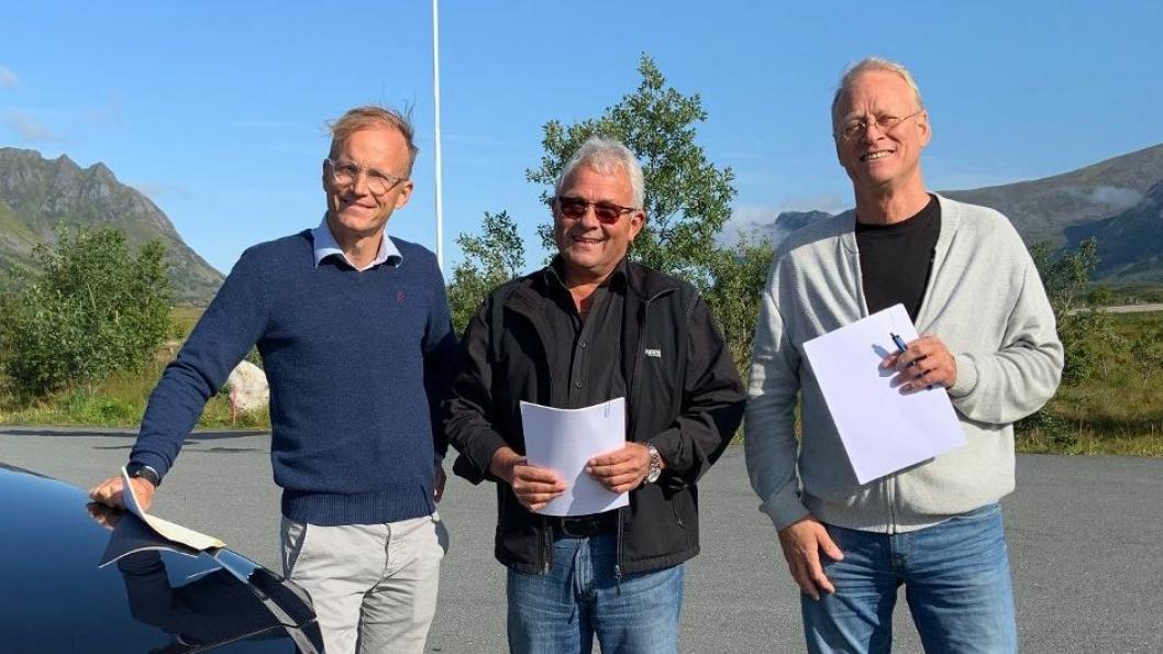 Fra venstre: Thor Drechsler i Bil i Nord, Arne Leo Olavsen og Dagfinn Martinsen i Vestlofoten Bil AS.