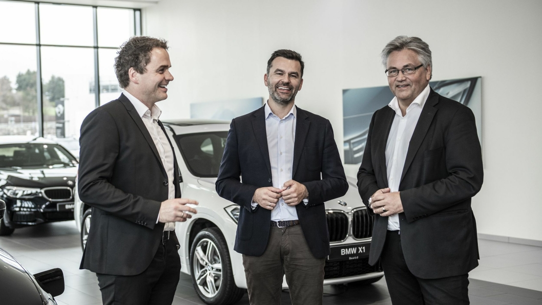 Fra venstre: Stig Sæveland, adm. dir. i Hedin Automotive sammen med Hallvard Vikeså, påtroppende adm. dir. Bavaria Norge og Helge Ellingsen, som blir adm. dir. i Hedin Performance Cars.