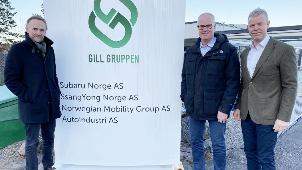 F. v.: Leif Madsberg (konsernsjef i Gill Gruppen), Jan Kåre Holmedal (daglig leder i Norwegian Mobility Group) og Torbjørn Lie (daglig leder Subaru Norge).