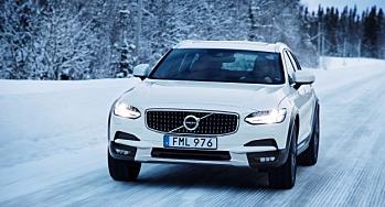 Volvo og Mercedes-Benz får politikontrakt til 2027