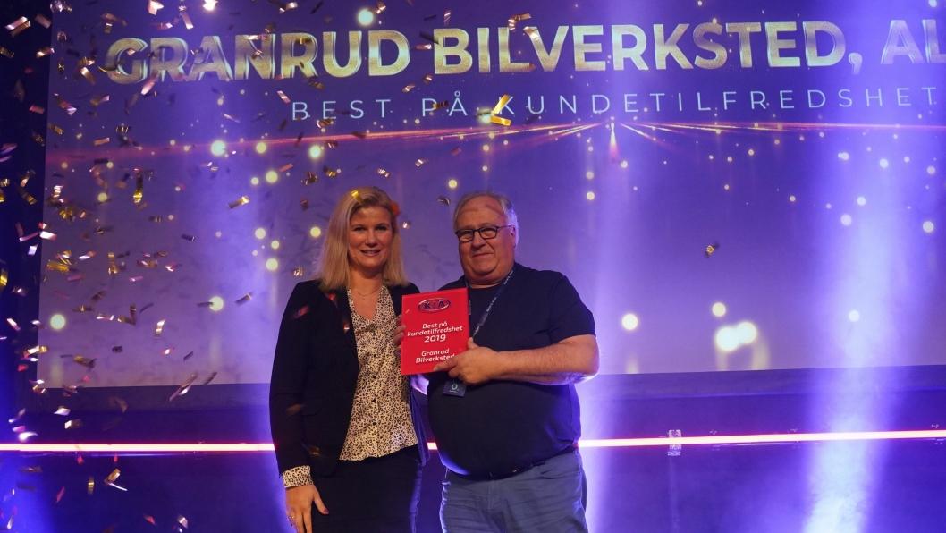 Granrud Bilverksted AS var beste Kia-forhandler på kundetilfredshet i 2019. Helge Granrud mottar her prisen av markedsdirektør i Kia Bil Norge, Marianne Råge.