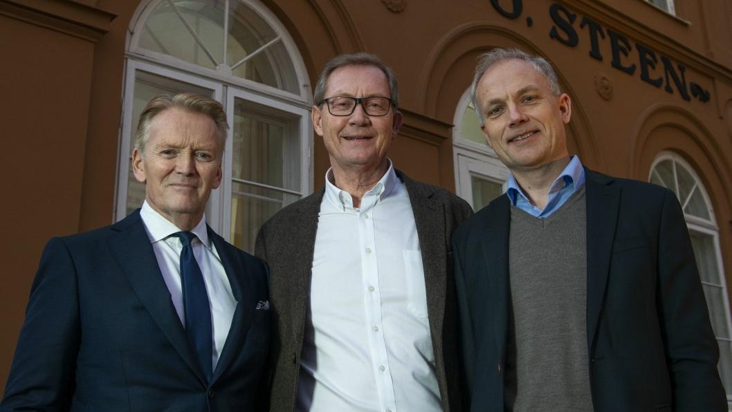 F. v.: Bjørn Maarud (avtroppende administrerende direktør), Sverre Leiro (styreleder Bertel O. Steen) og Harald Frigstad.
