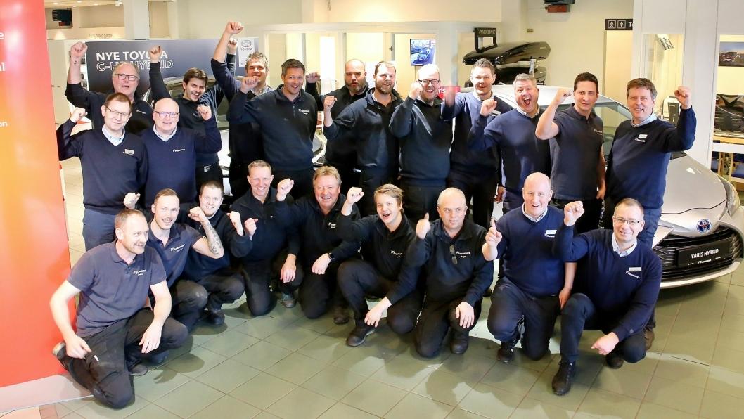 Jubel blant de ansatte som har gjort Funnemark Larvik til Norges beste Toyota-forhandler 2019.