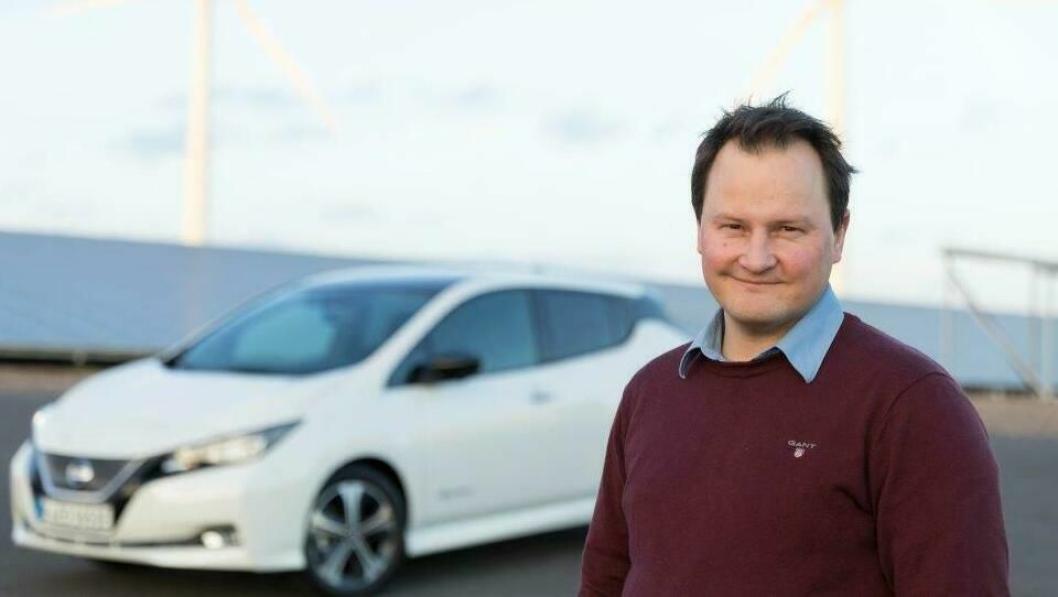 Informasjonssjef Knut Arne Marcussen hos Nissan-importøren foran en Leaf.