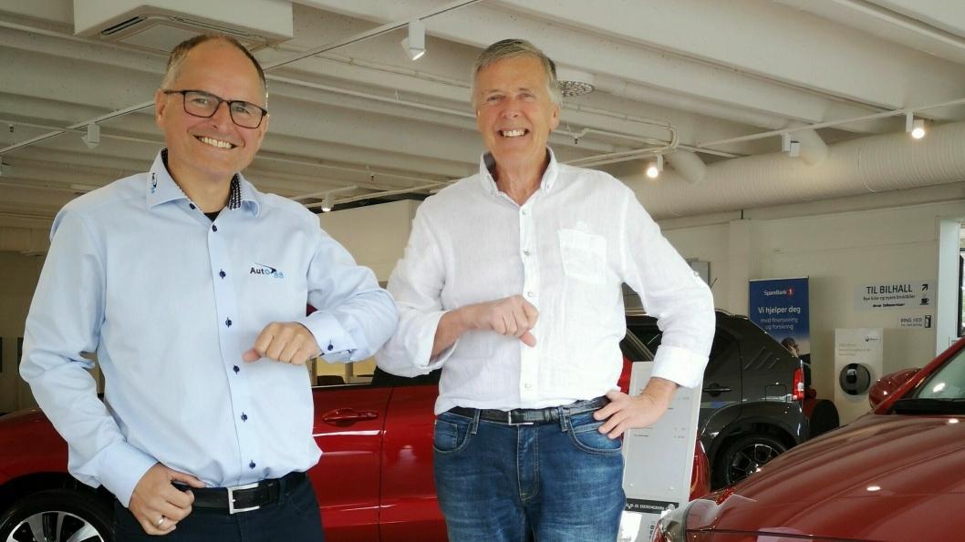 F. v.: Terje Sildnes, konsernleder Auto 8-8, og Helge Harstad, daglig leder og eier i Årø Bilsenter.