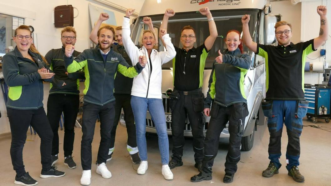 Administrerende direktør Tone Jakobsen (i midten med hvit jakke) i Ryds Bilglass AS, sammen med ansatte på avdelingen i Harstad.