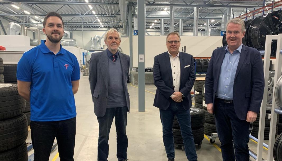 F. v.: Daglig leder Scott Burns-Thomson og styreformann David Burns-Thomson i Felgteknikk Norge AS; regiondirektør Jarle Oppedal og administrerende direktør Frode Hebnes i Bilia Personbil AS.
