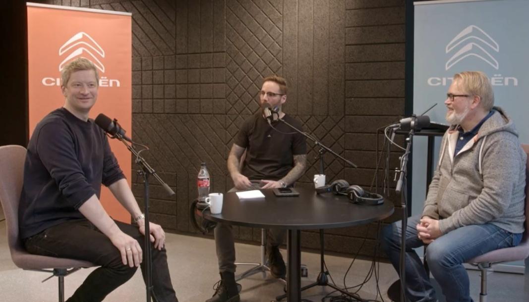 <em>F. v.: Odd-Magnus Williamson, programleder Erlend Osnes og bilekspert Stein Pettersen.</em>