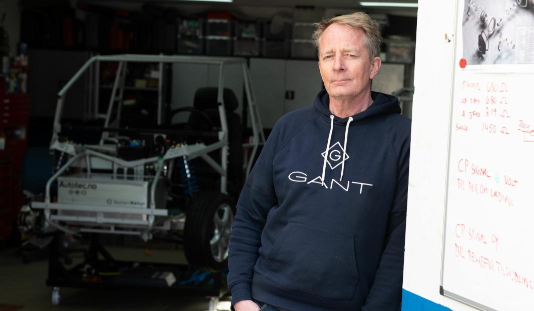 <em>Caspar Hille har bygget en trenings-bil for kommende elbil-mekanikere hjemme i garasjen. To stykker er solgt allerede.</em>