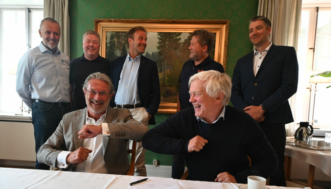 <em>Foran f.v.: Styreleder i Bil1Din, Endre Kolbjørnsen, og styreleder i Intakt, Sverre Fordal.<br>Bak f.v.: Dag Raavand (innkjøpsleder motor Midt &amp; Nord i If), Andrees van der Linden (Intakt), Frithjof Anderssen (Motor-Trade), Bjarne Brøndbo (Bil1Din) og Fredrik Karlsen (Intakt).</em>