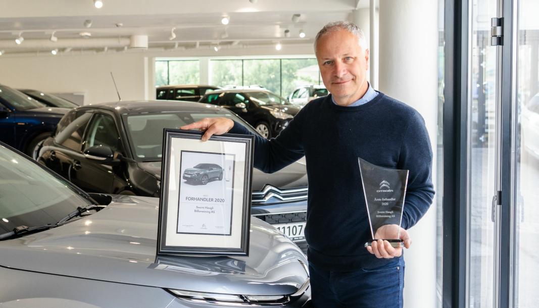 Espen Haugli med beviset på av Sverre Haugli Bilforretning AS ble «Årets forhandler» hos Citroën i 2020.