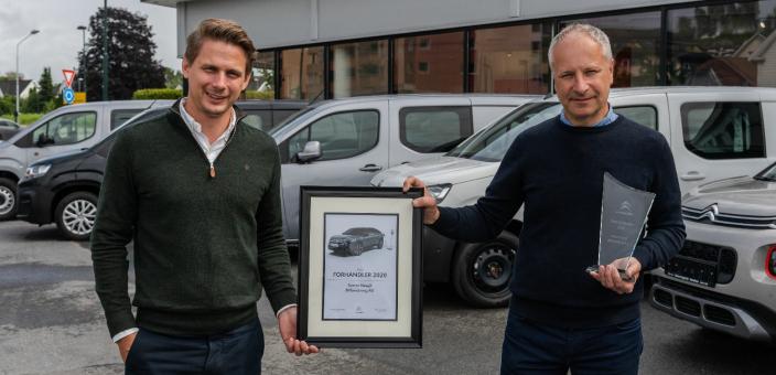 <em>F. v.: Citroën-sjef Ole S. Nedenes i Bertel O. Steen og daglig leder og eier av Sverre Haugli Bilforretning AS, Espen Haugli.</em>