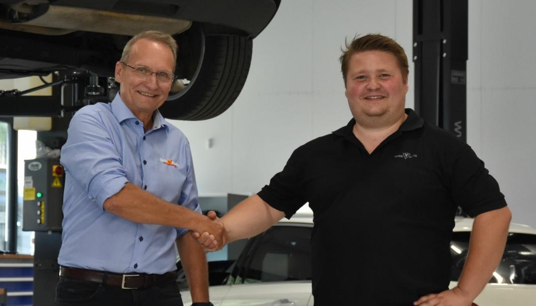 Daglig leder i Sjekkpunkt Ole Helge Ratvik sammen med eier og daglig leder i Ydse Auto, Håvard Ydse, på det nye verkstedet til bruktbilforretningen.