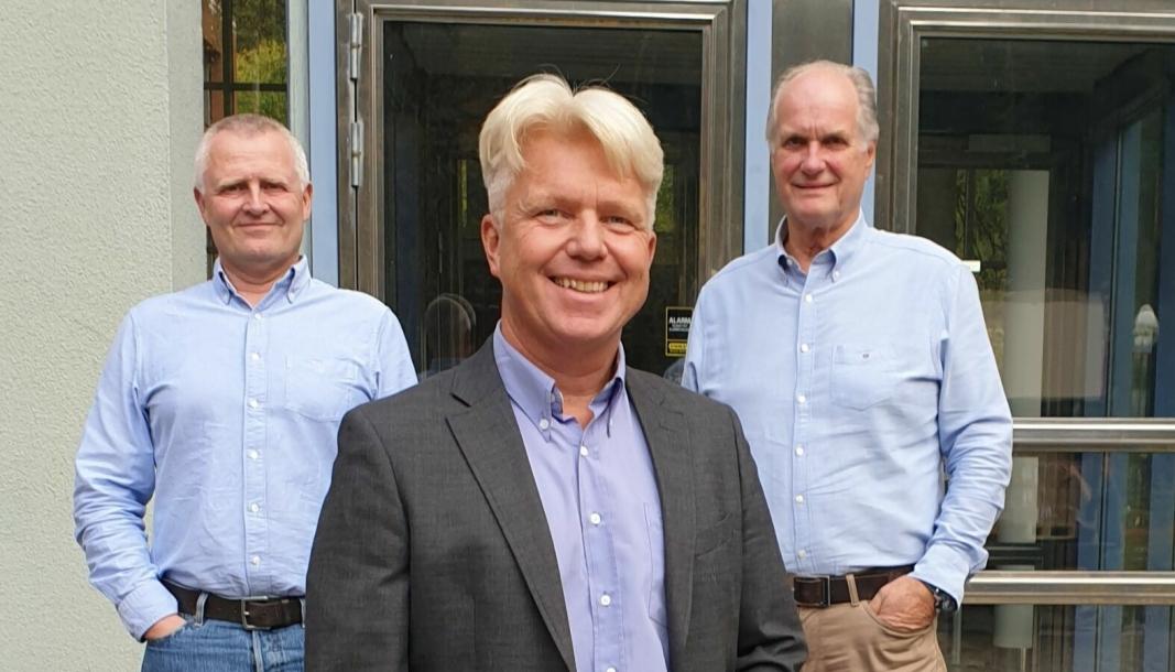 Reidar Bjørnstad (foran) er ansatt som salgssjef i Autoinnkjøp. Bak står styreleder i Ai Gruppen Trym Jørgenrud daglig leder i Autoinnkjøp Tom Berve.